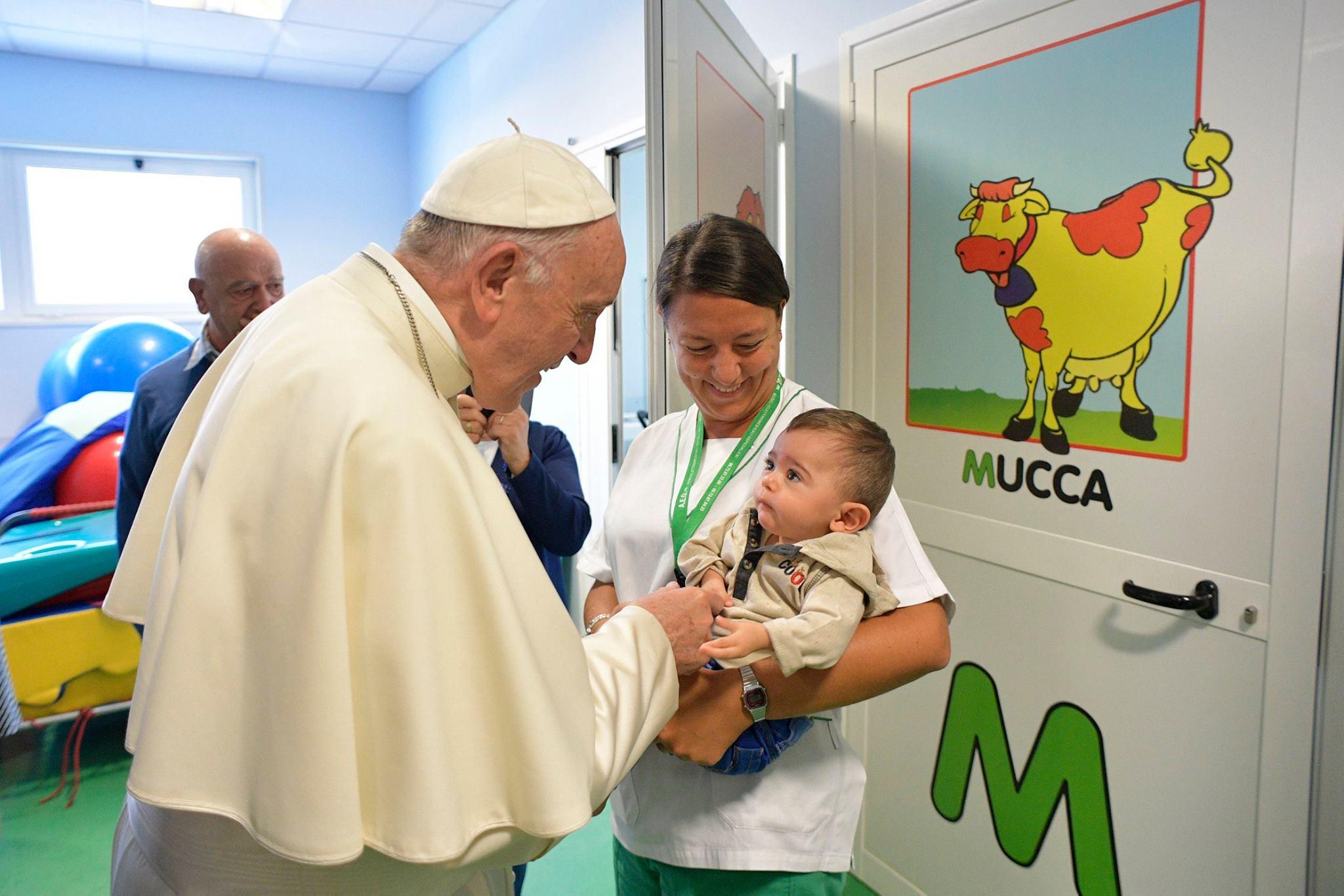 Папа посетил римскую больницу и встретился с маленькими пациентами