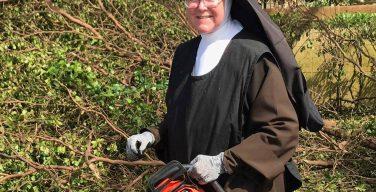 Католическая монахиня с бензопилой вдохновила Майами на борьбу с последствиями урагана (ВИДЕО)