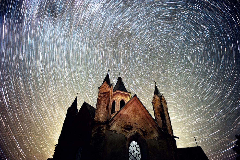 Минский фотограф сделал потрясающий снимок костела в водовороте звезд