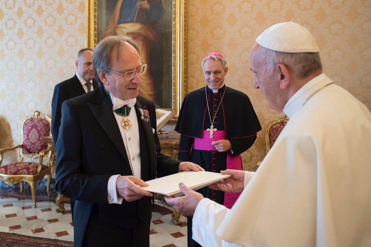 Новый посол Италии в Ватикане вручил верительные грамоты Папе Римскому