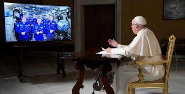Космонавты на МКС рассказали Папе Римскому о любви и своем пути в космос