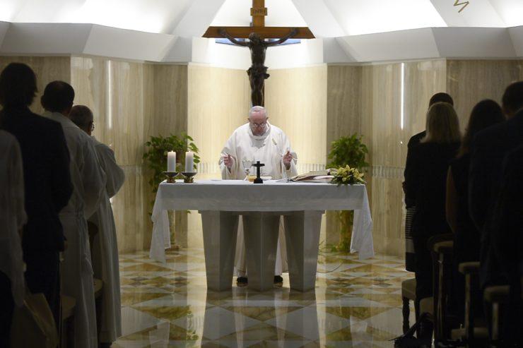 Папа: идолопоклонство деньгам заставляет многих детей умирать от голода