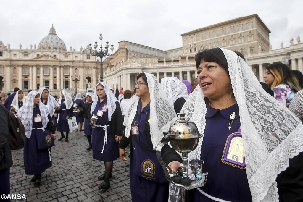 Angelus 22 октября. Папа: участвовать в жизни общества, не противопоставляя Бога кесарю
