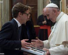 Папа: высшее образование — не является знаком социального престижа