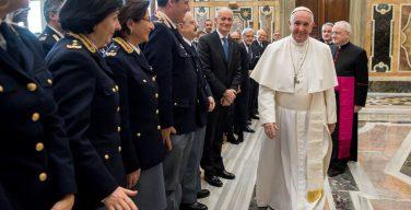 Папа — полицейским: вашу работу недооценивают, но будьте милосердны (ФОТО)