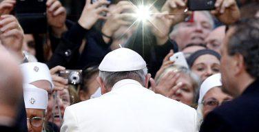 Папа Франциск пожурил священников, которые пользуются гаджетами во время Св. Мессы