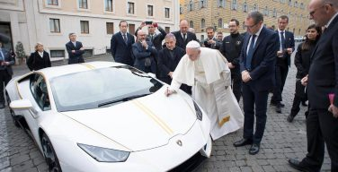 Подаренный Папе «Lamborghini» послужит нуждающимся