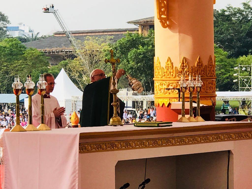 Папа на Мессе в Янгоне: любовь распятого Христа — это «духовный GPS»