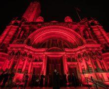Десятки церквей Великобритании окрасились в цвет крови в знак солидарности с гонимыми христианами