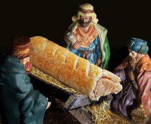 В рекламе британской пекарни вместо Христа в ясли поместили сосиску в тесте