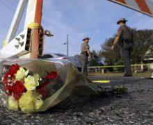 Люди несут цветы к церкви в Техасе, где накануне произошло массовое убийство