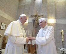 Папа Франциск поздравил Бенедикта XVI с Рождеством
