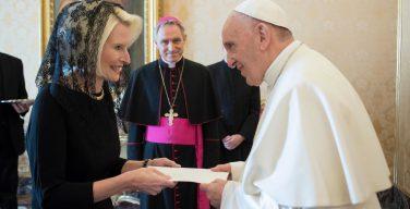 Папа Франциск принял верительные грамоты нового посла США (ФОТО)