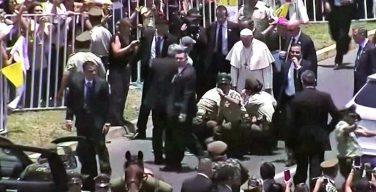 Чили: Папа Римский остановил кортеж ради упавшей с лошади женщины-полицейской (ВИДЕО)