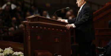 В США на 91-м году жизни скончался глава мормонов Томас Монсон