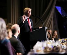 На молитвенном завтраке Трамп выразил поддержку иностранцам, сталкивающимся с репрессиями на родине