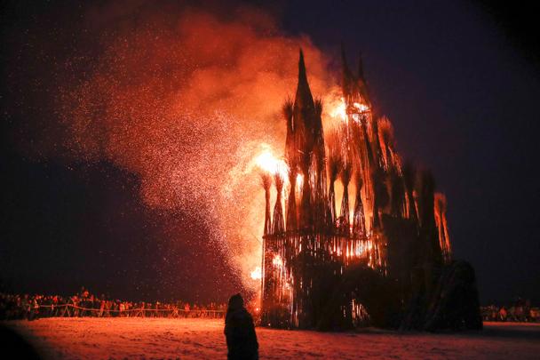 В РПЦ возмутились сожжением «католического храма» из веток на Масленницу