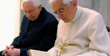 Георг Ратцингер: Бенедикт XVI страдает неврологической болезнью, которая постепенно парализует его
