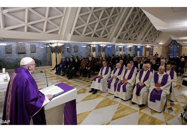 На Мессе в Доме Св. Марфы Папа Франциск предостерег от восприятия религии как зрелища