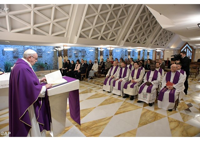 На Мессе в Доме Св. Марфы Папа призвал в трудные моменты жизни взирать на Распятого