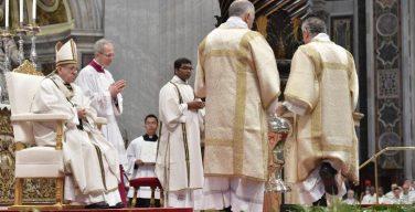 Папа Франциск возглавил Мессу освящения мира и елея в Ватикане