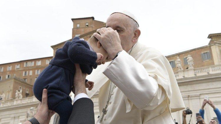 Папа Франциск посвятил свою катехезу на общей аудиенции Таинству Крещения
