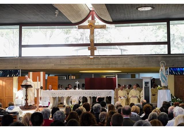 Папа Франциск посетил приход на римской окраине