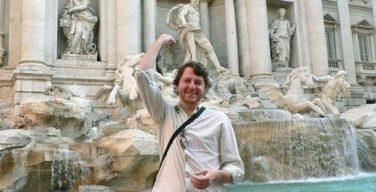 Монеты, которые туристы бросают в фонтан Треви в Риме, идут на благотворительность