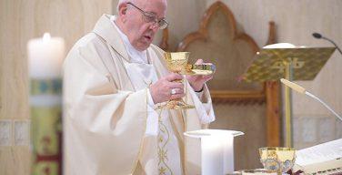 Папа Франциск на Мессе в Доме Св. Марфы: передавая веру, мы оправдываем себя перед Богом