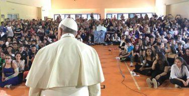 Папа Франциск посетил среднюю школу на римской окраине