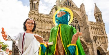 Британские соборы возрождают традицию мистерий и костюмированных шоу