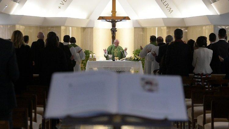 На утренней Мессе в Доме Св. Марфы Папа Франциск говорил о памяти и надежде христианина