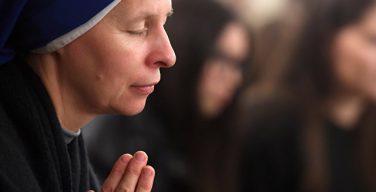 Верующие люди живут в среднем на четыре года дольше атеистов, выяснили ученые