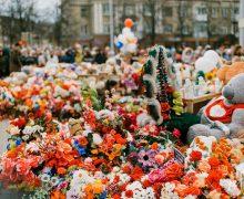 Игрушки со стихийного мемориала у «Зимней вишни» будут переданы Церкви
