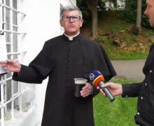 «А почему нет?» В Словакии после службы в храме прихожан угощают пивом (ВИДЕО)