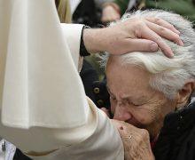 Папа Франциск неожиданно навестил больную пенсионерку