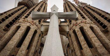 На фасаде храма Святого Семейства в Барселоне установили 18-тонный крест