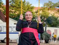 Фотофакт: митрополит Тадеуш Кондрусевич покачался на качелях в центре Минска