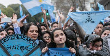 Сенат Аргентины проголосовал против легализации абортов