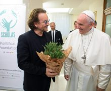 Папа Франциск встретился с лидером рок-группы «U2» Боно