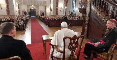 Папа — старикам: вы — корень народа, не теряйте надежды (ФОТО + ВИДЕО)