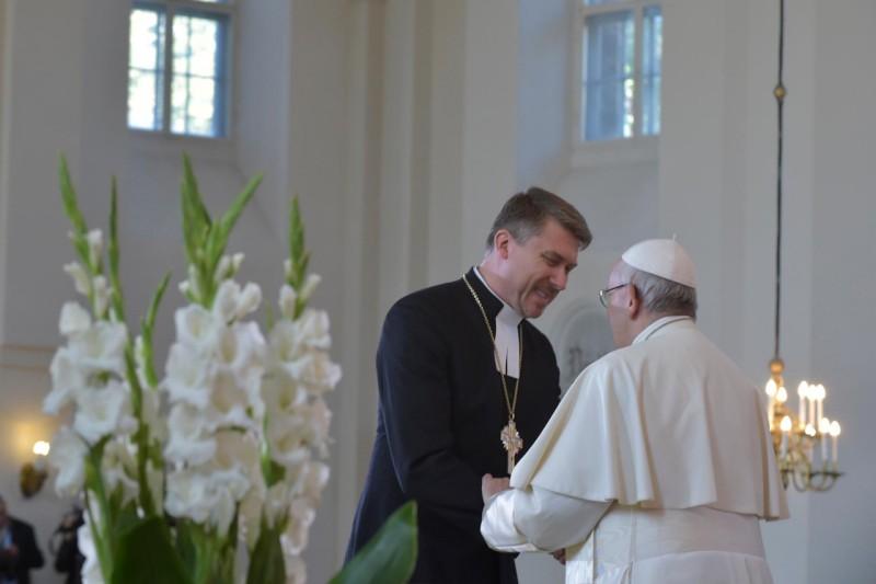 Лютеранская Церковь Эстонии подарила Папе Римскому яблоню