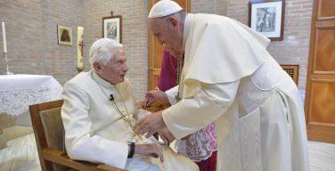 Папа Франциск посетил своего предшественника Бенедикта XVI