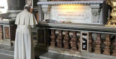 В день литургического поминовения святого Папы Иоанна Павла II Папа Франциск молился у его гробницы