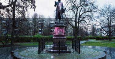 В Калининграде неизвестные облили краской памятник и могилу Иммануила Канта